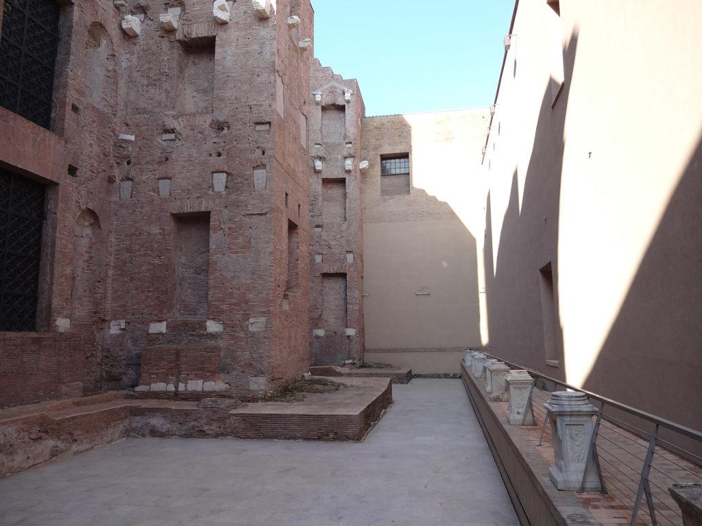 Fig.1. Área remanescente da Natatio, interrompida pelas construções da Igreja Santa Maria degli Angeli e dei Martiri (paredes em tom neutro à direita e aos fundos)e do Chiostro 'Ludovisi' (lado esquerdo) (fonte: Angela R. Rodrigues, 2015)