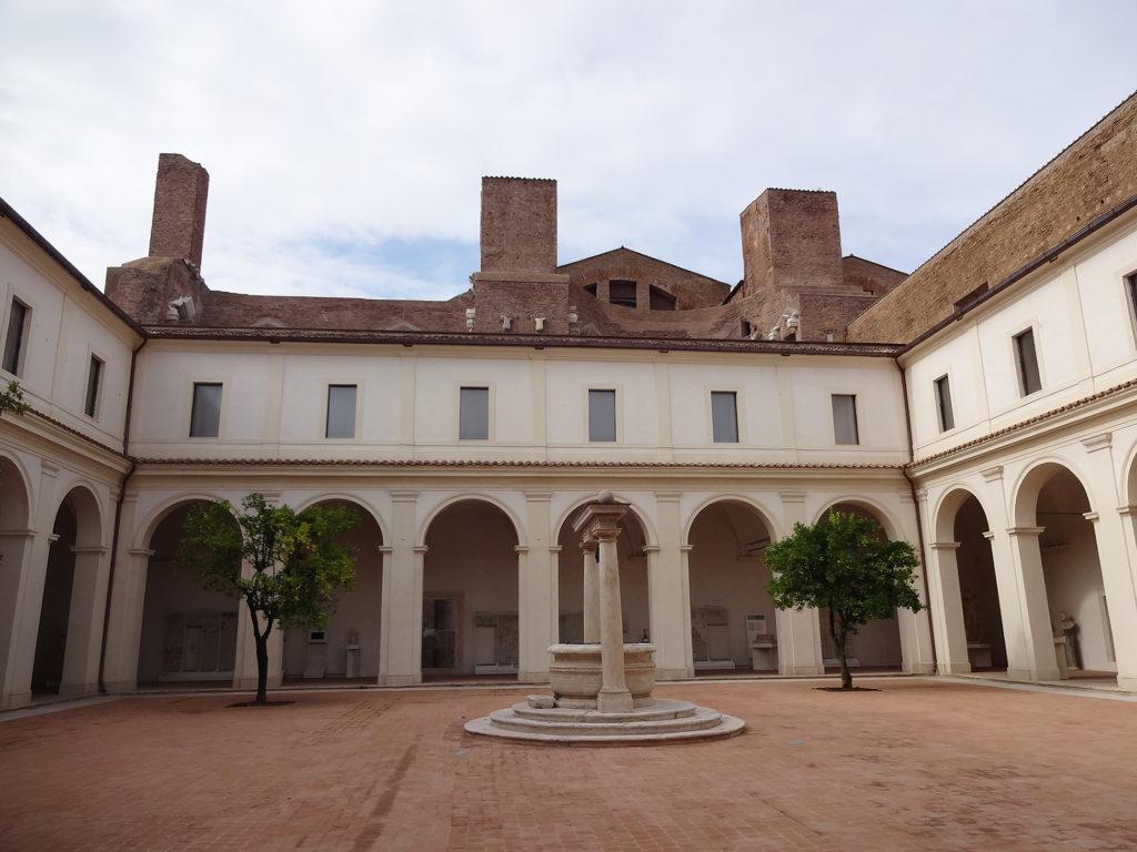 Fig.10. Visão geral do Chiostro'Ludovisi' restaurado, ao fundo paredes da Natatio e da Igreja Santa Maria degli Angeli e dei Martiri (fonte: Angela R. Rodrigues, 2015)