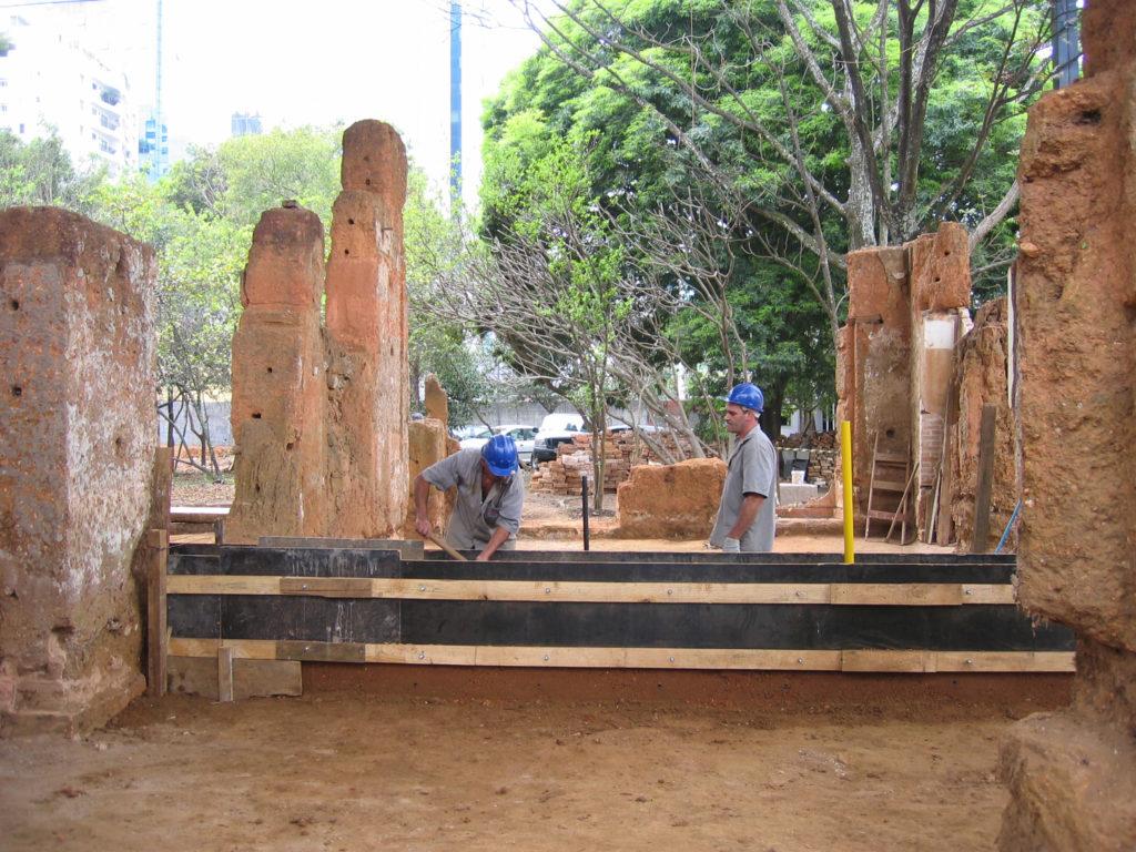 Fig.14 e 15. Primeira etapa das obras: remoção de vegetação, remoção de acréscimos à construção original e prospecções arquitetônicas. Na figura 15 se vê a montagem de taipais (fonte: acervo DPH/STPRC/2008).
