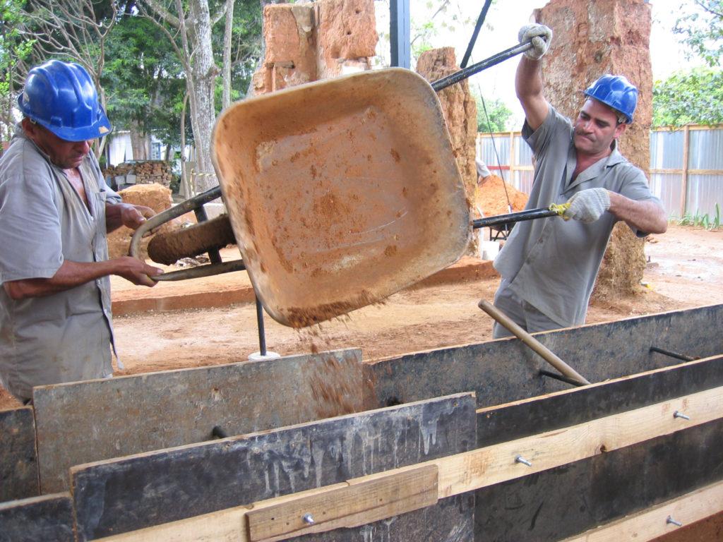 Fig.16. Solo estabilizado com cimento, sendo arremessado nos taipais, para apiloamento (fonte: acervo DPH/STPRC/2008).