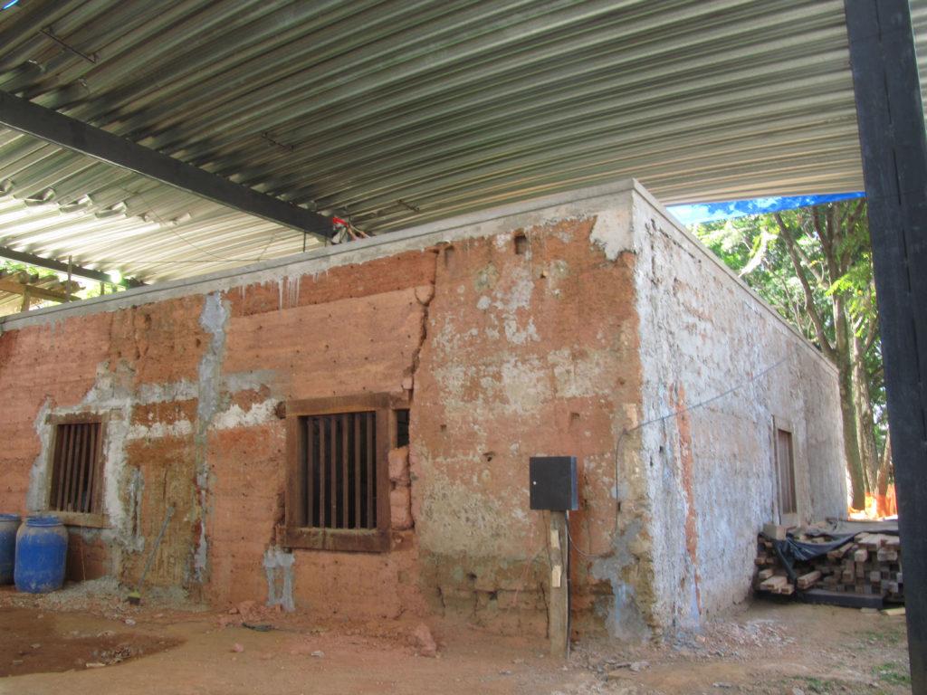 Fig.24. Aspecto geral da parede sudoeste já estabilizada, onde se podem ver trincas ainda abertas e outras já grouteadas. Cinta de concreto armado pode ser vista no topo dos maciços (fonte: acervo DPH/STPRC, 2011).
