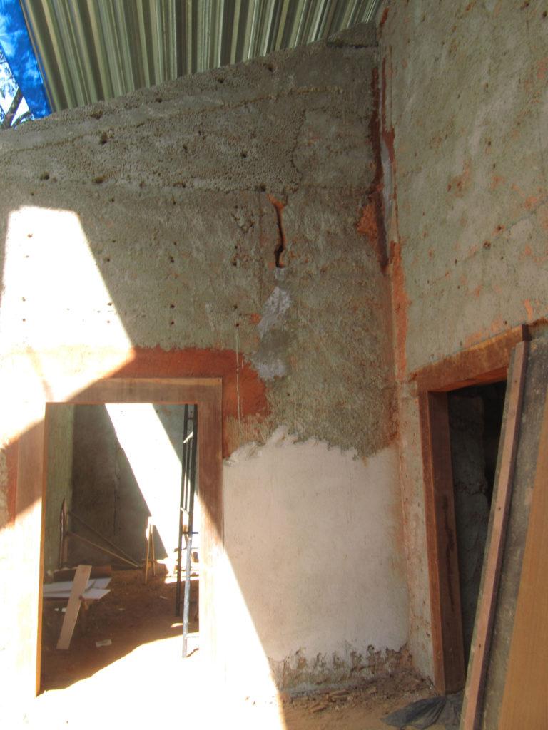 Fig.25. Parede esquerda do alpendre, onde se podem ver partes chapiscadas (escuras) e partes já rebocadas (claras) (fonte: acervo DPH/STPRC, 2011).