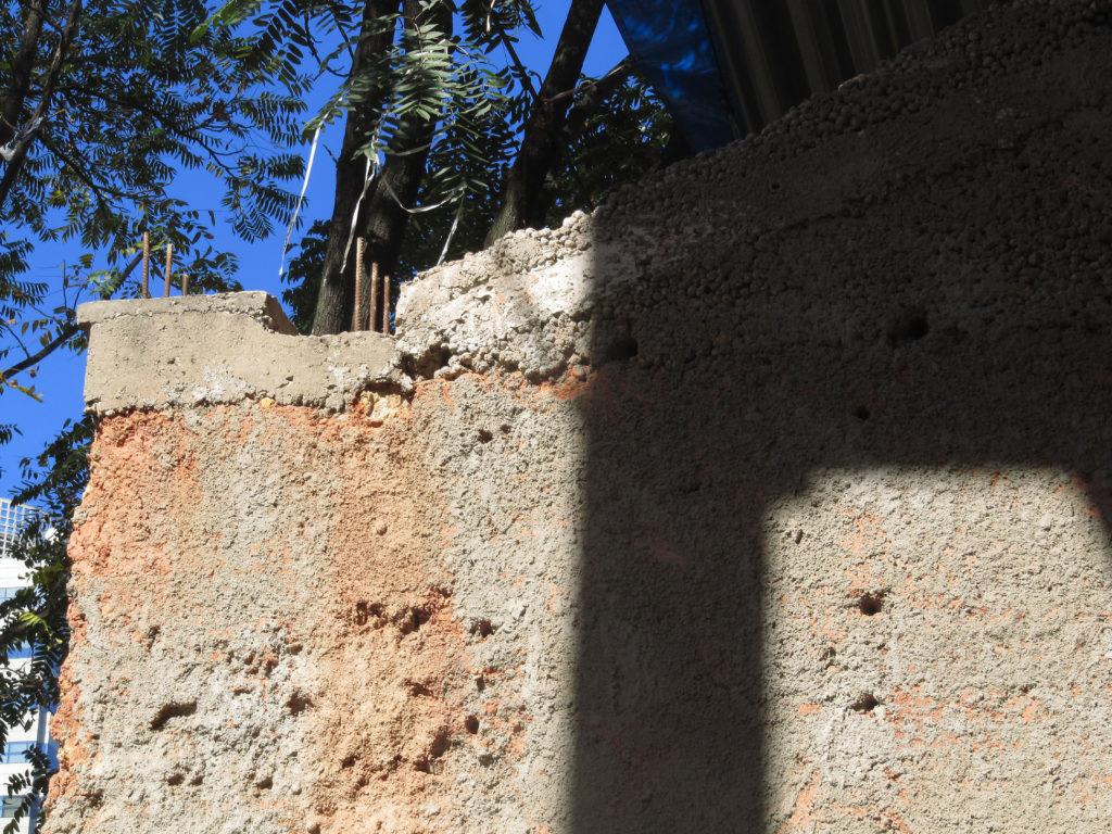 """Fig.26. Detalhe do topo da mesma parede, onde se pode ver o chapisco """"aberto"""" (fonte: acervo DPH/STPRC, 2011)."""