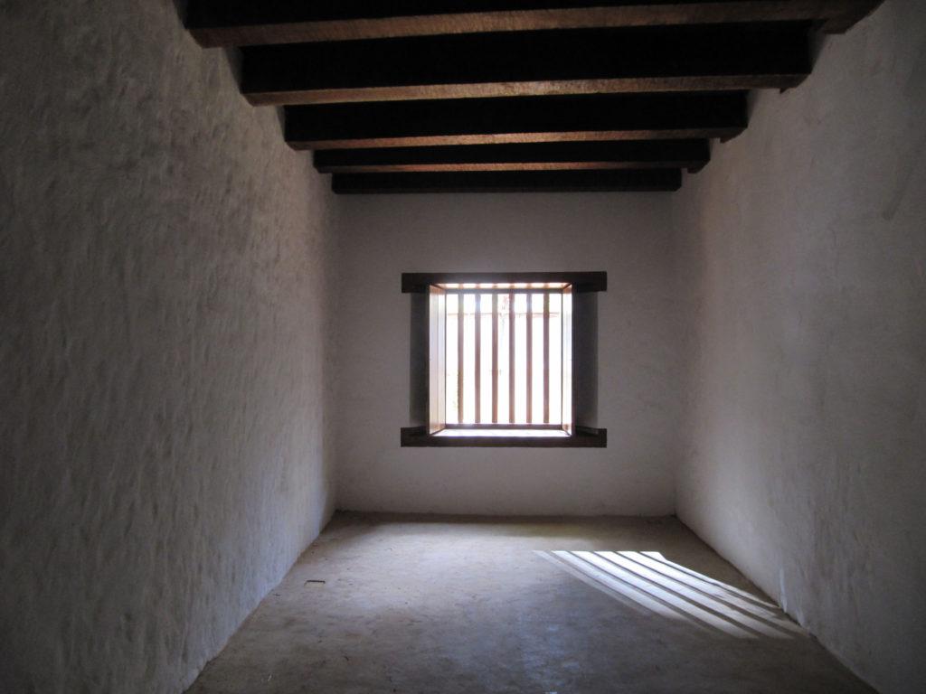 """Fig.28. Fotografia em alto contraste, com luz rasante, que mostra o acabamento rústico """"carioca"""" nos trechos recompostos das paredes (fonte: acervo DPH/STPRC, 2011)."""