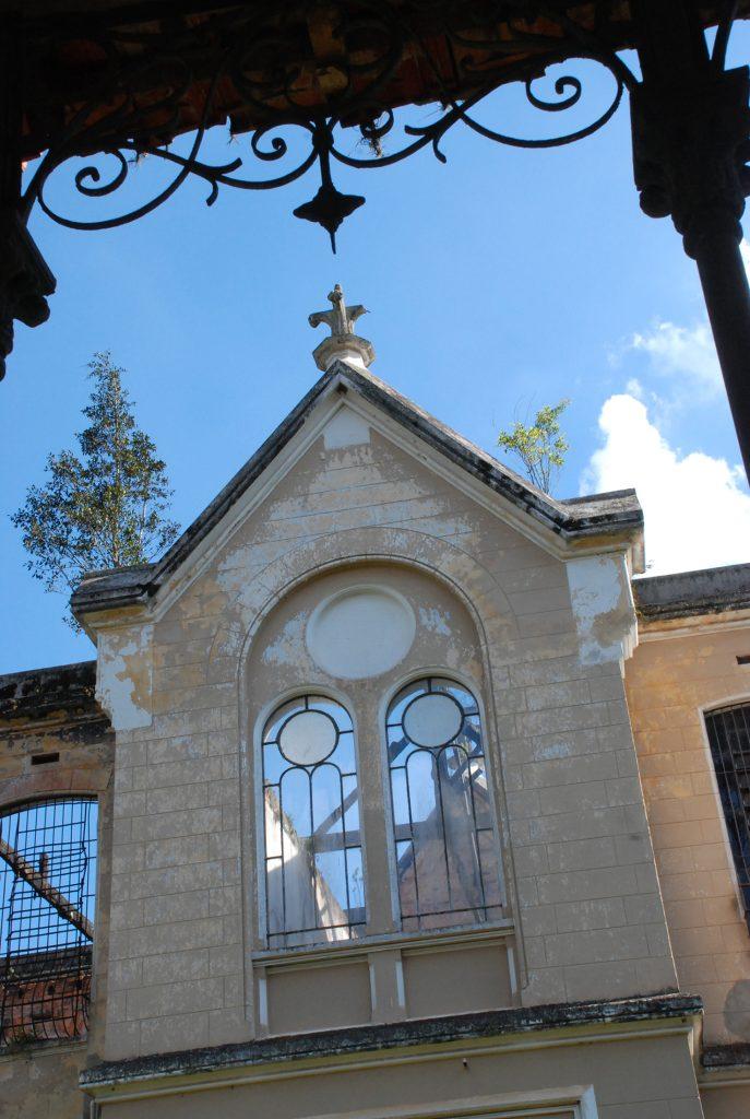 Fig.7| Galeria com arremate (ferro) com motivos florais. e 3º Pavilhão Feminino. (Fonte: Foto Aline Baker, nov. 2010).