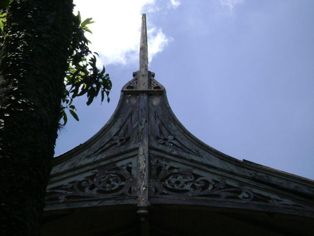 Fig.9| Casa do Diretor. Detalhe em madeira do gablete rendilhado com pináculo agulha (Fonte: Foto Iná Rosa, dez. 2010).