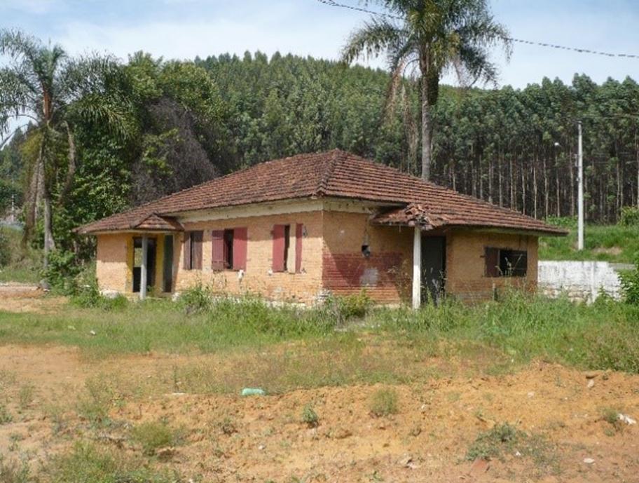 Figura 10: Vista de casa para operários geminadas duas a duas, atual Rodovia Tancredo Neves, demolidas após 2011. Fonte:Levantamento da autora (2010).