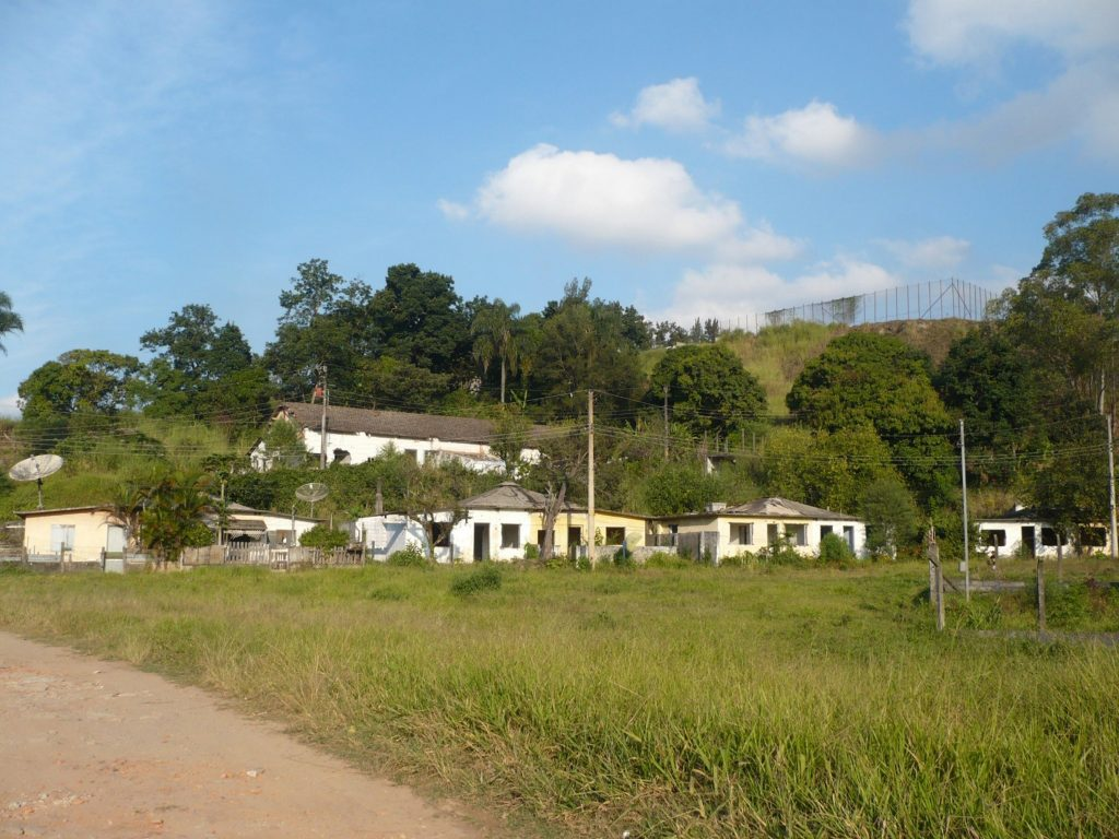 Figura 13: Casas geminadas da Vila Triângulo, em abandono. Fonte: Acervo da autora(2009).
