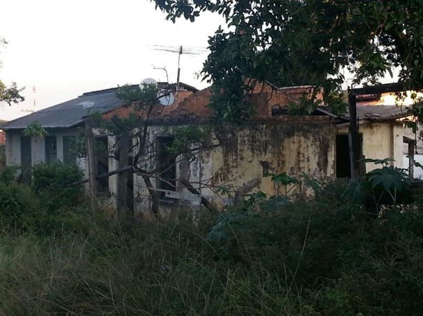 Figura 15: Últimas casas remanescentes da Vila Portland, Perus, tomadas pela deterioração. Fonte: Acervo da autora(2016).